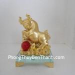 Tượng Trâu vàng bột đá trên đế thủy tinh Y346